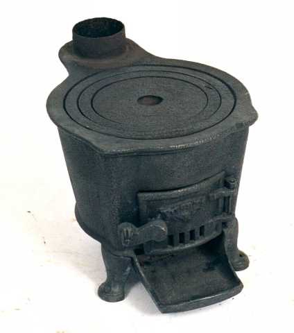 Bysse  (liten komfyr) ,  til bruk i bryggerhus, hytter, til sjøs.  Støpejern, merket på døra:  PUSNÆS. 3-benet, rund bysse- e. kokeovn med en topp plate, som har  tre avtagbare ringer.  Røråpning bak pm.