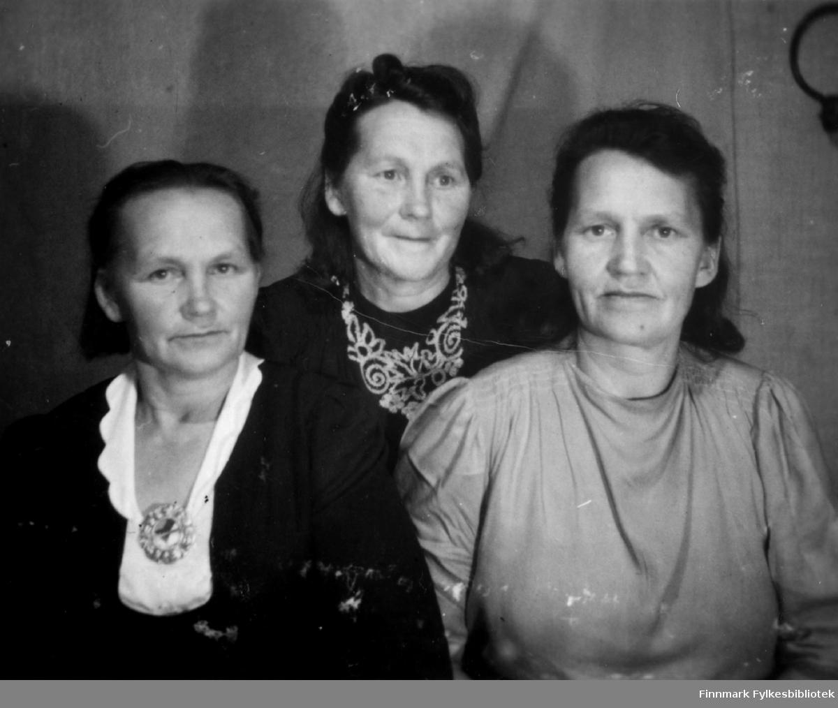 Søstrene Sandra, Anna og Marie Saari fra Neiden. De ble gift Labahå, Nordgård og Sivertsen