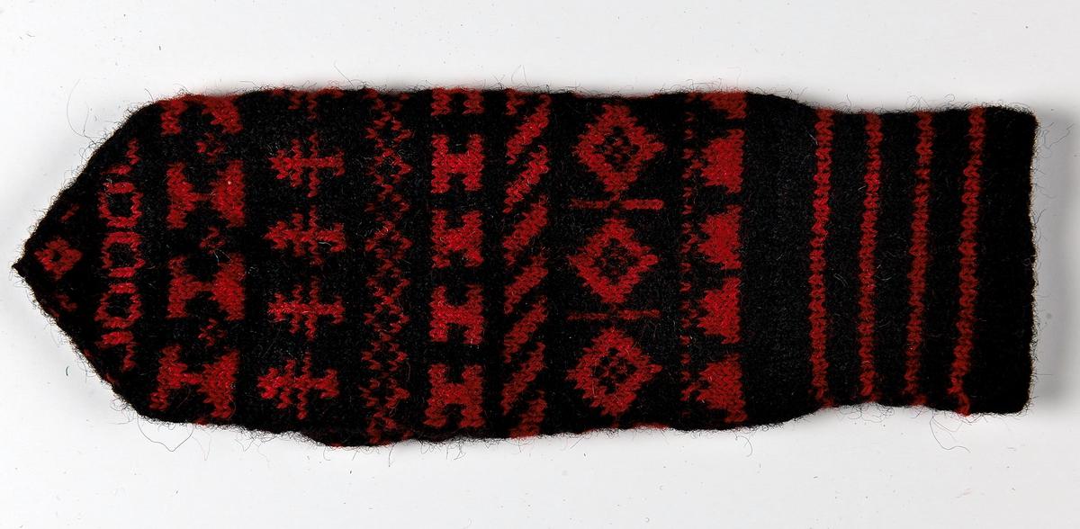 Damvante Stickad i svart ullgarn 8/2    röda bårder på mörk botten.