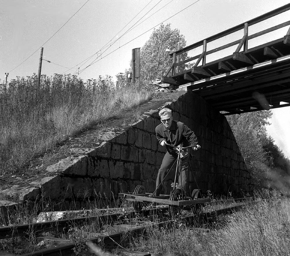 Ulf Berntsen på dressin på Urskog-Hølandsbanen.