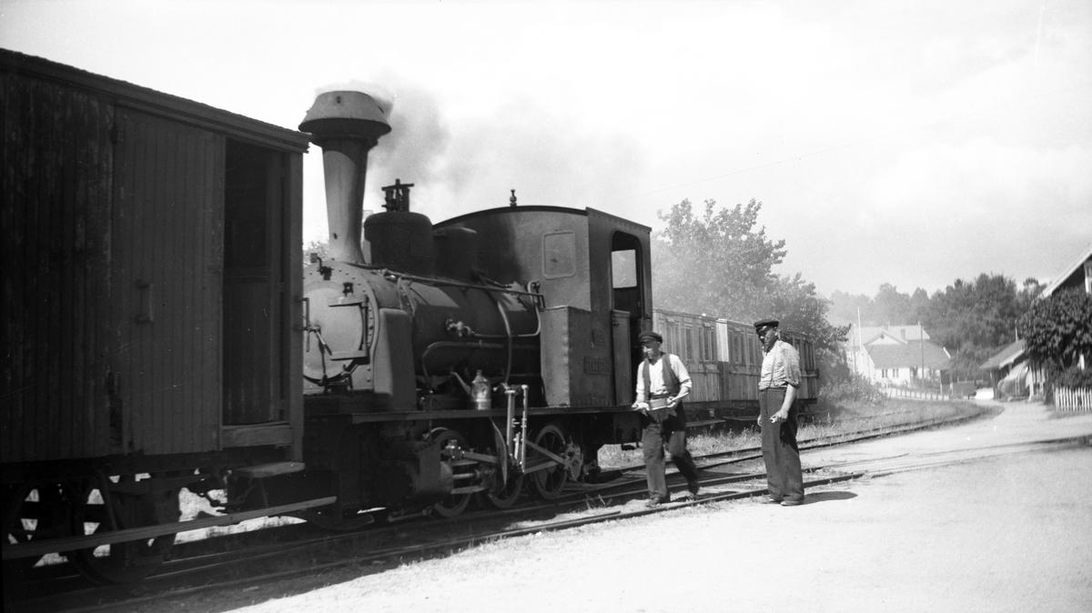 Lokomotiv nr. 2 og personale på Lillesand stasjon på Lillesand-Flaksvandbanen.