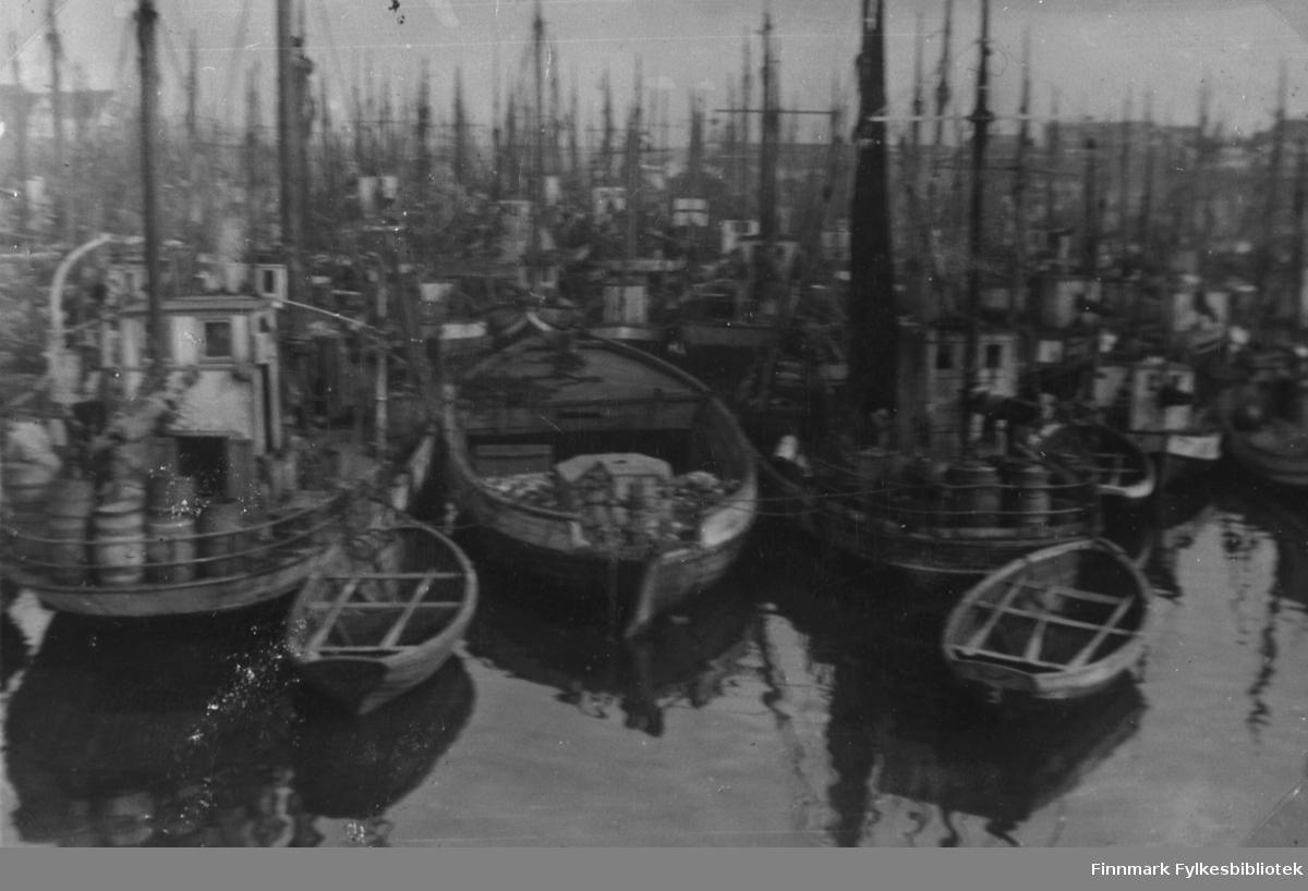 Fiskeflåten nede på vågen i Berlevåg i 1933 eller 34. Båtene ligger tett i tett, små og store.