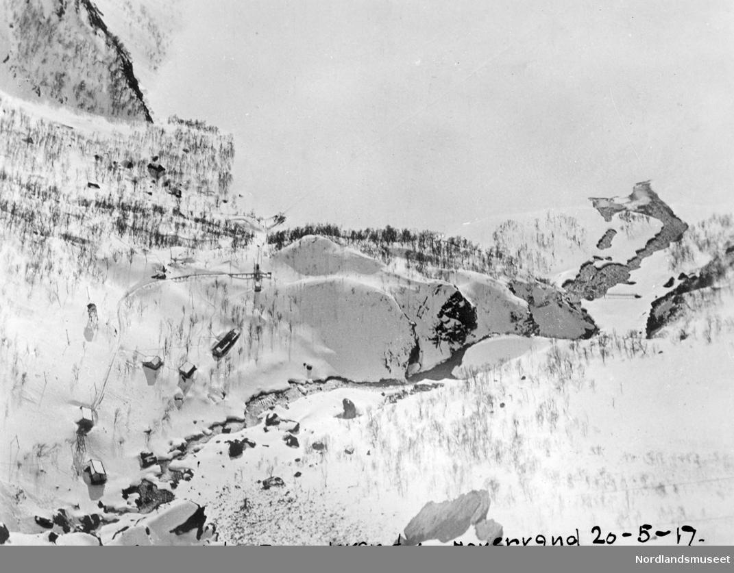 Fykandal og Fykanvann sett fra kjibba eller taubanen til Navervann. Bildet er tatt nedover bratt fjellside 20.mai 1917.Viser snødekt natur med noen hus/brakker langt nede