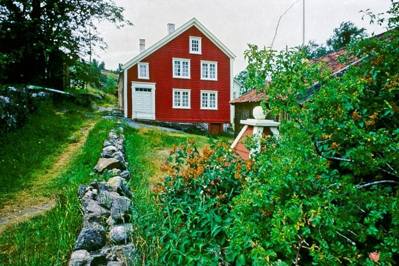 Merdøgaard, våningshus, gavlfasade, brønnhus, sti, steingjerde, sommer.