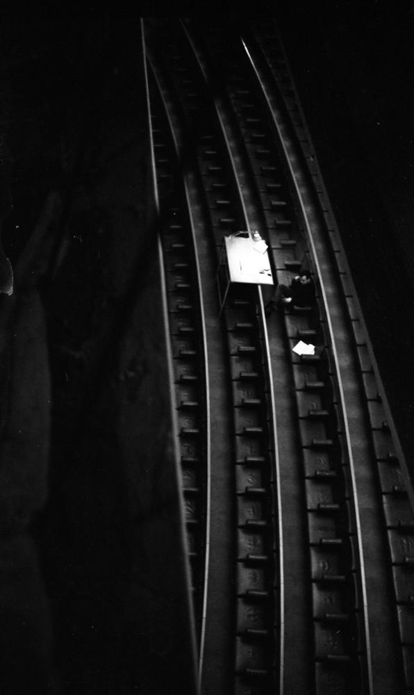 Bergmanteatern, Största fabriken 14 januari 1967En man sitter på en bänkplats på teatern. Framför sig har han ett bord med en lampa.
