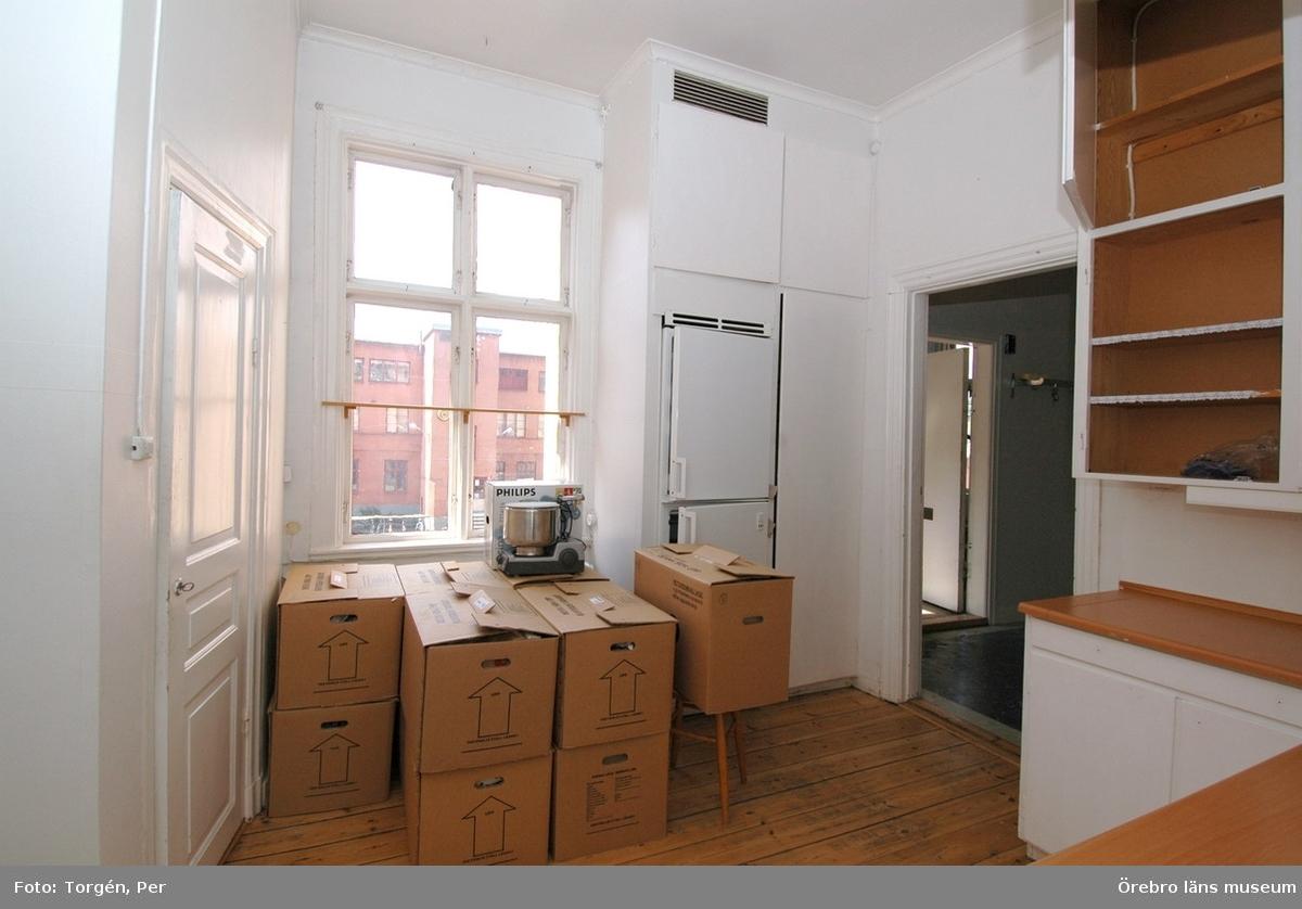 Dokumentation av fastigheterna Längan 9 och 23.Interiör av skafferi och kök i lägenhet en trappa upp, Fabriksgatan 12, del A.Dnr: 2006.250.366