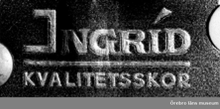"""Skylt med texten: """"Ingrid, Kvalitetsskor"""". Ingrid och Engelbrekt var dam- respektive herrskor tillverkade av Person & Compani Örebro."""