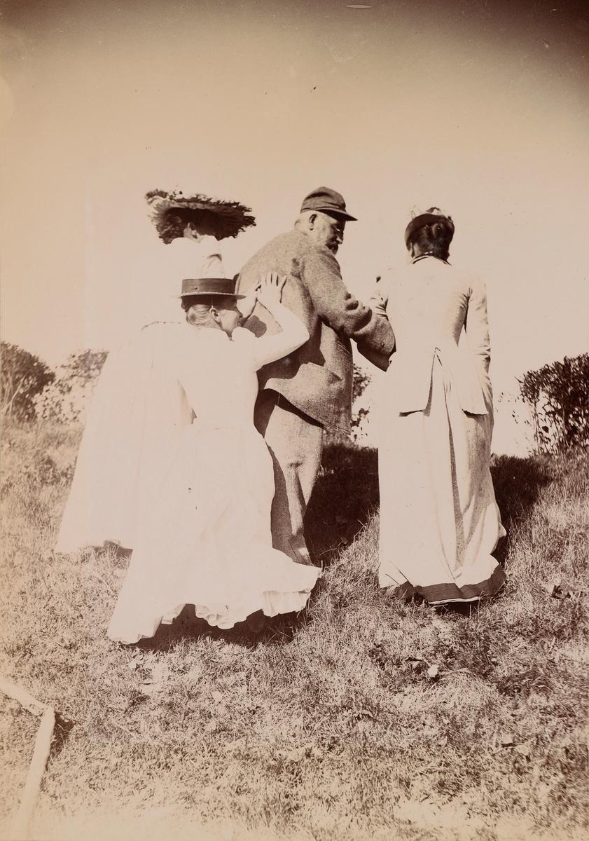 """Agnes, Louise og Julie hjelper Haagen """"Vesle"""" Mathiesen opp en bakke."""