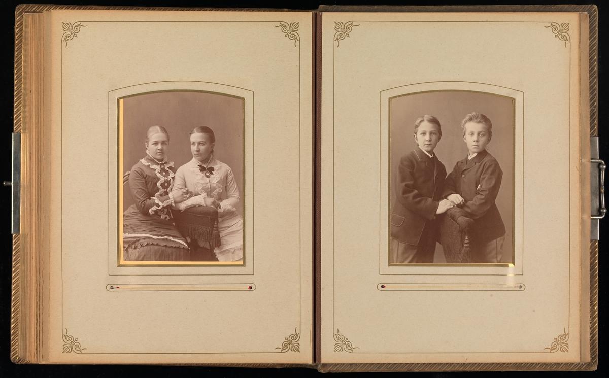 Syttende oppslag i cartes-de-visites-album. På hver side et stort cabinet.