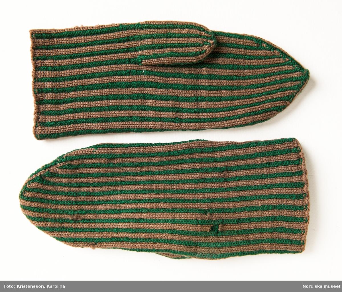 """Ett par kvinnovantar stickade av ullgarn, smalrandiga i grönt och ljusbrunt. De ljusbruna ränderna består av 2 maskor slätstickning och de gröna av 2 aviga  maskor,  där de 2 färgerna  hela tiden följer med  och flotterar på avigsidan. Det ger en stum yta utan elasticitet.  Anm Den högra vanten mer sliten med flera stoppningar med det gröna garnet. Har tillhört Augusta Davidsson, """"Snögges Augusta"""" f. 1868 i Habo död 1950 på ålderdomshemmet. Hon hade bott hela sitt liv i föräldrahemmet ett soldattorp under Vagnhult i Habo. hennes far var soldat liksom brodern Efraim. Först vårdade hon modern i hemmet, senare hushållade hon åt den ogifte brodern Efraim. Sen gick hon på """"hjälpe"""" hos bönderna i bygden. Foto av stugan skall finnas i museet. Kläderna som museet mottagit är de som hon hade med sig till ålderdomshemmet. /Berit Eldvik 2013-03-11"""