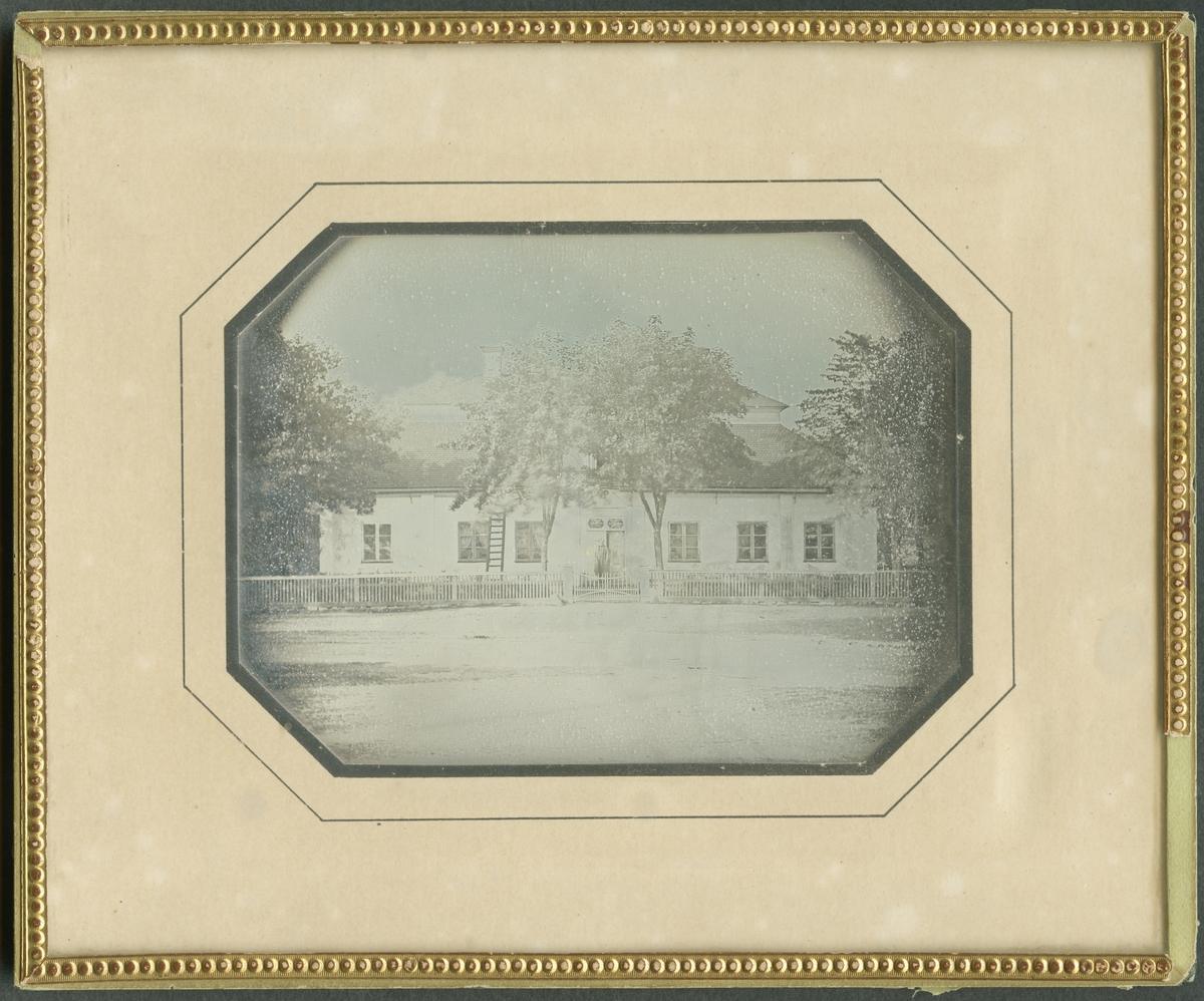 Daguerreotyp. Gruvstugan, sedermera Gruvingenjörsbostaden vid Sala Silvergruva. Fotograf/bildskapare är troligen Wilhelm Heinemann.