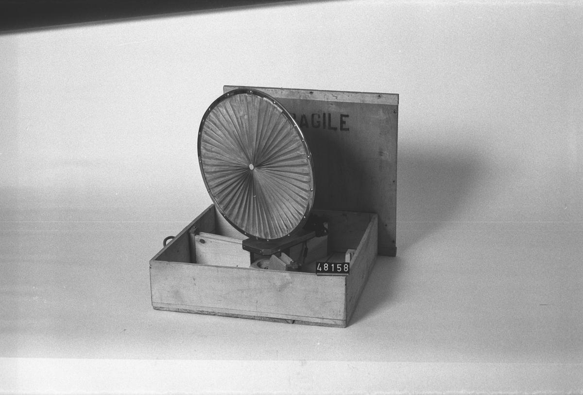 """Högtalare, veckad pappkon, i trälåda. Stativet märkt: 2 Haut-Parleur L.Lumie`re Bte S.G.D.G. samt Nr 17134 Ets Gaumont Paris"""" Instansat i lådan: 7648."""