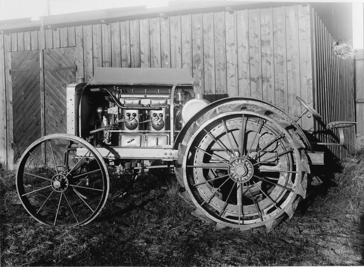 Traktorfordon med öppen motorhuv. Dieselmotor Penta typ C4.