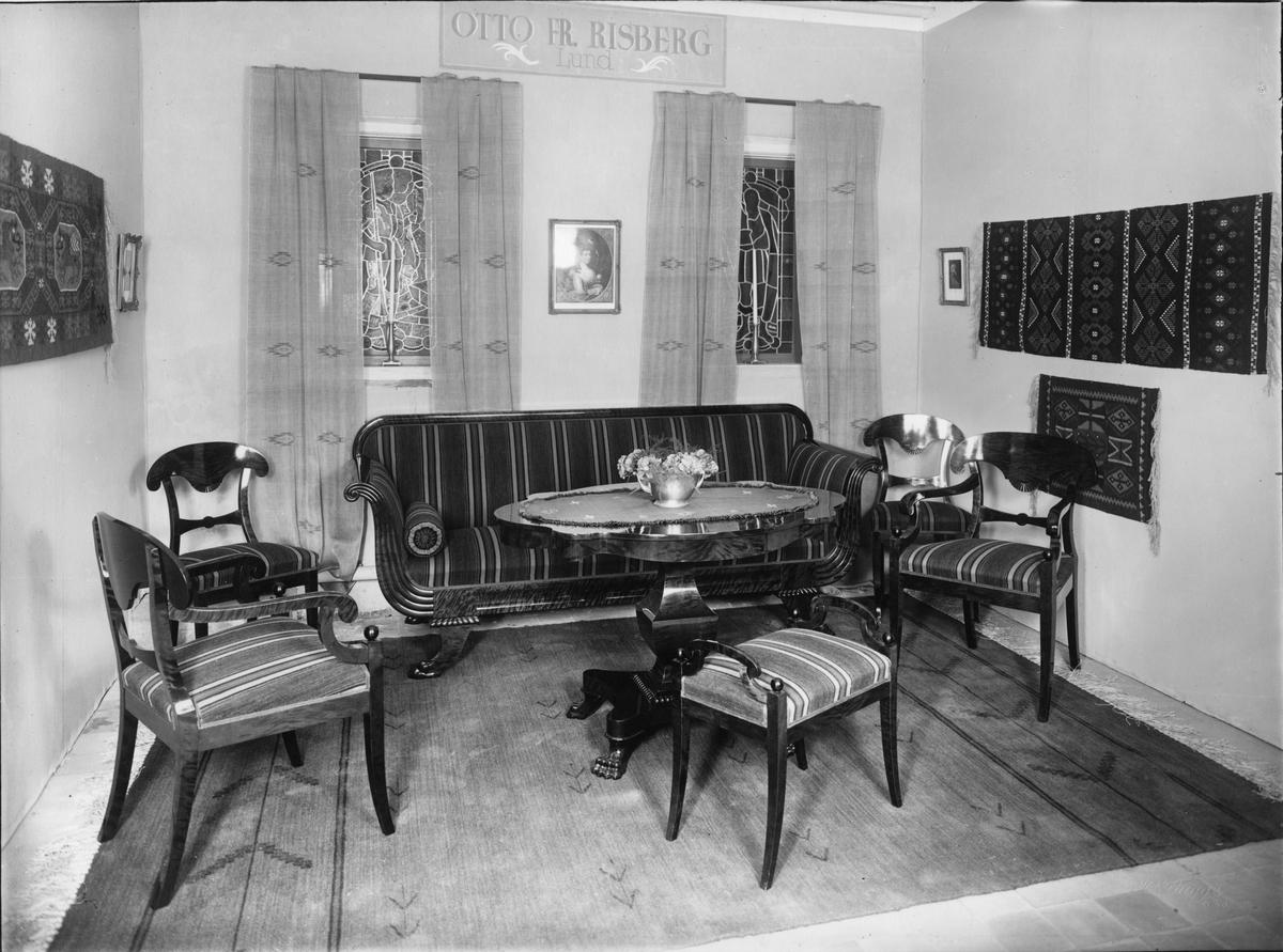 Bygge och Bo-utställningen i Lund 1931. Otto Fr. Risbergs monter med Carl-Johanmöbel i polerad antikbehandlad flammig björk samt ylletyg till möbler, gardiner och matta (Lunds konstvävnadsaffär, Stina Rohdin).