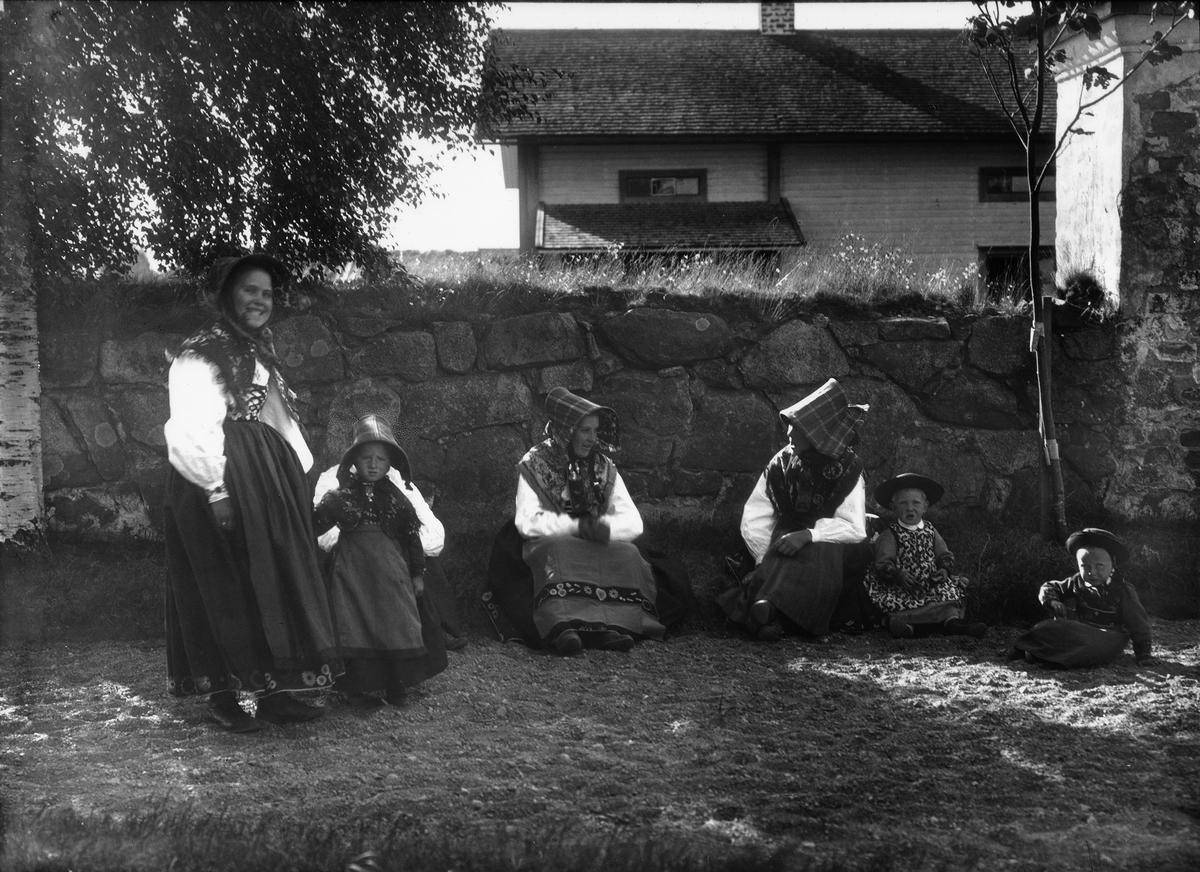 Diapostiv, fönsterbild med motiv från Floda. Fyra kvinnor (kullor) med tre barn, i traditionsenlig däkt.