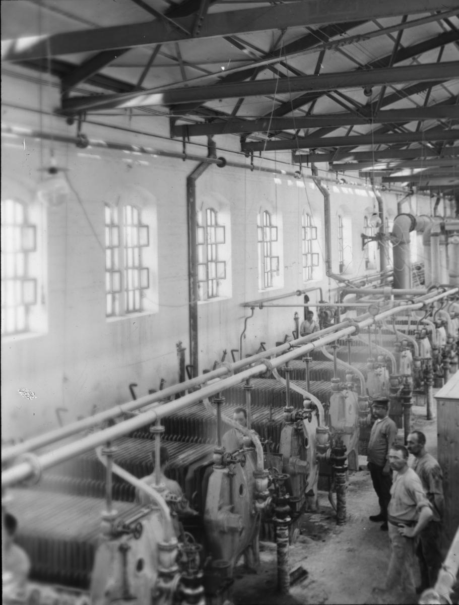 Skioptikonbild med motiv från yrkesinspektionens undersökningar på olika arbetsplatser. Okänd sockerfabrik. Beredning av sockerbeta.