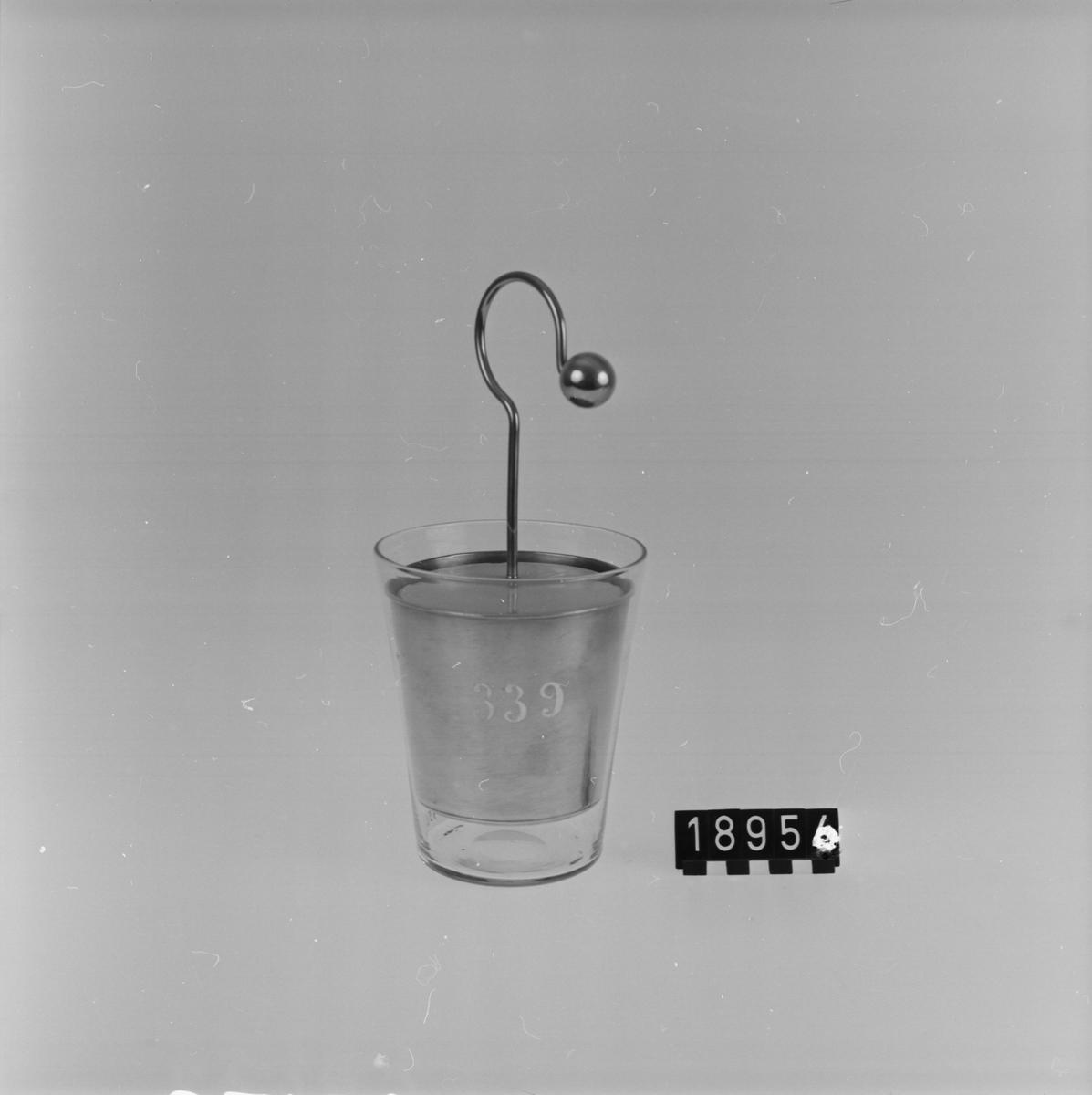 """Nio laddflaskor för statisk elektricitet, olika utföranden. Lösa delar: Tre små flaskor med oäkta bladguld, tre större flaskor med oäkta bladguld och krökt arm för konduktorkulan, stor flaska med tjockare stanniolbeläggning, smal flaska utan bladguld men med spets invändigt, """"flaska"""" av koniskt glaskärl med in- och utvändiga koniska kärl av mässing. En flaska är trasig."""
