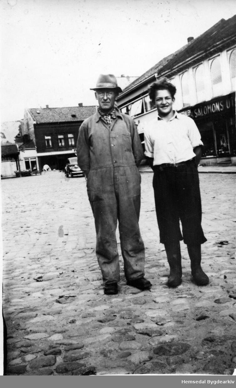 Fehandlar Ola Flaten (1896-1970), i arbeidsklede. Hjelpesmannen er Hans Karslhusbund, fødd 1929. Her på torget i Fredrikstad, ca. 1945.