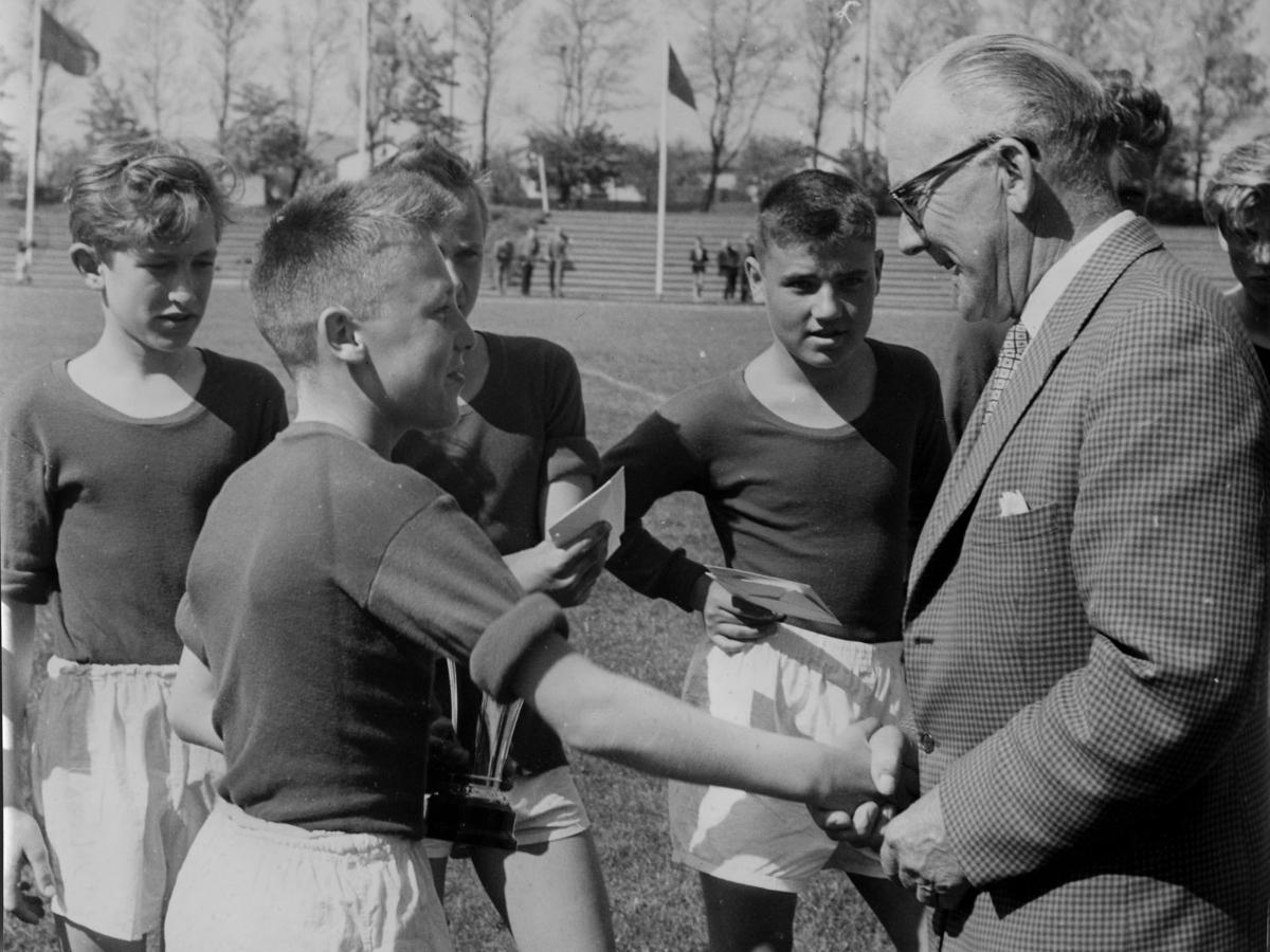 Liljeborgsskolan blev Skånska skolmästare i fotboll 1958. Till vänster Roland Engdahl, mottagare av pris Björn Edvardsson, till vänster om prisutdelaren Jan Andersson, foto Cederholm Foto Helge Bengtsson Östergatan 13 tel 1421.