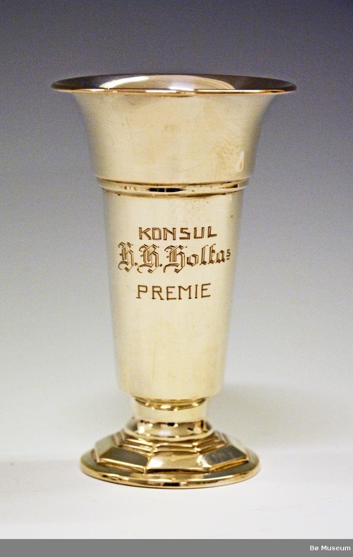 """Sølvpokal med innskriften: """"Konsul H. H. Holtas Premie"""" vunnet av Hans Kleppen, Bø. Støpt masse i bunnen av pokalen (under) = ikke synlig stempel."""
