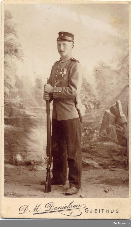 Halvor O. Mæland, heilfigur, uniform