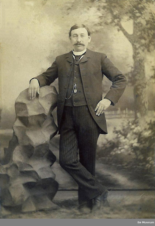 Spelemannen Hans Hansson Flatland (Vesle-Hans). I Amerika bruka han namnet Hans Hanson Folkestad. Gravstøtta til Hans H. Folkestad