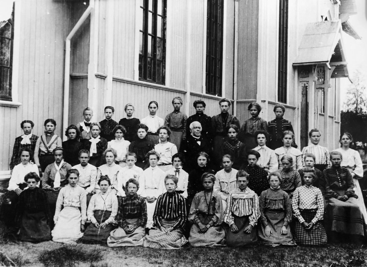 Gruppebilde fra leserdagen 1905 ved Urskog kirke