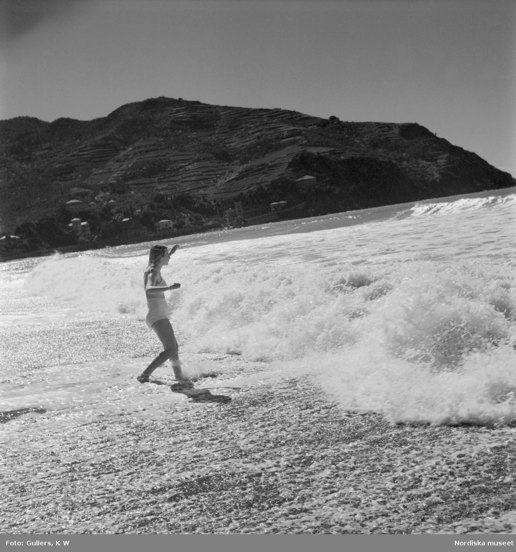 En ung flicka från Levanto som badar i böljande vågor