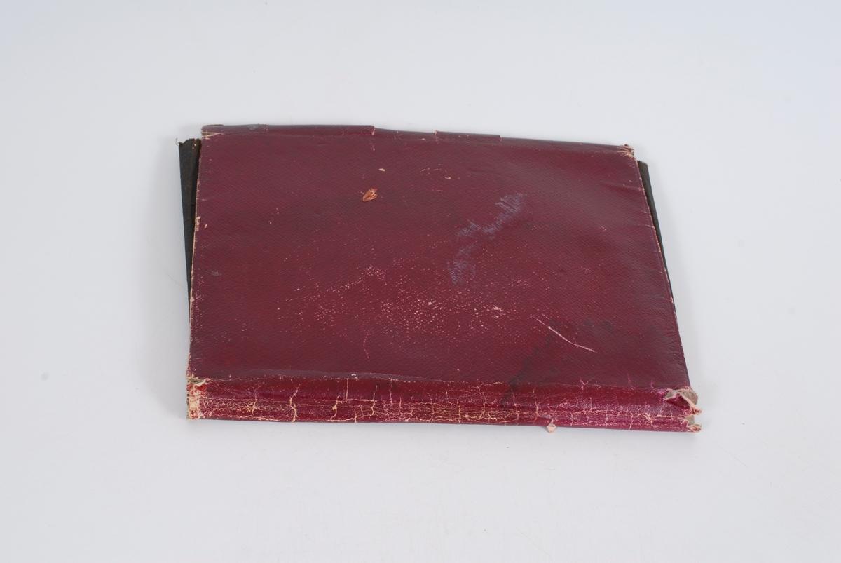 Form: Rektangulær men papirlomme og lokk. Metallås på lokket.