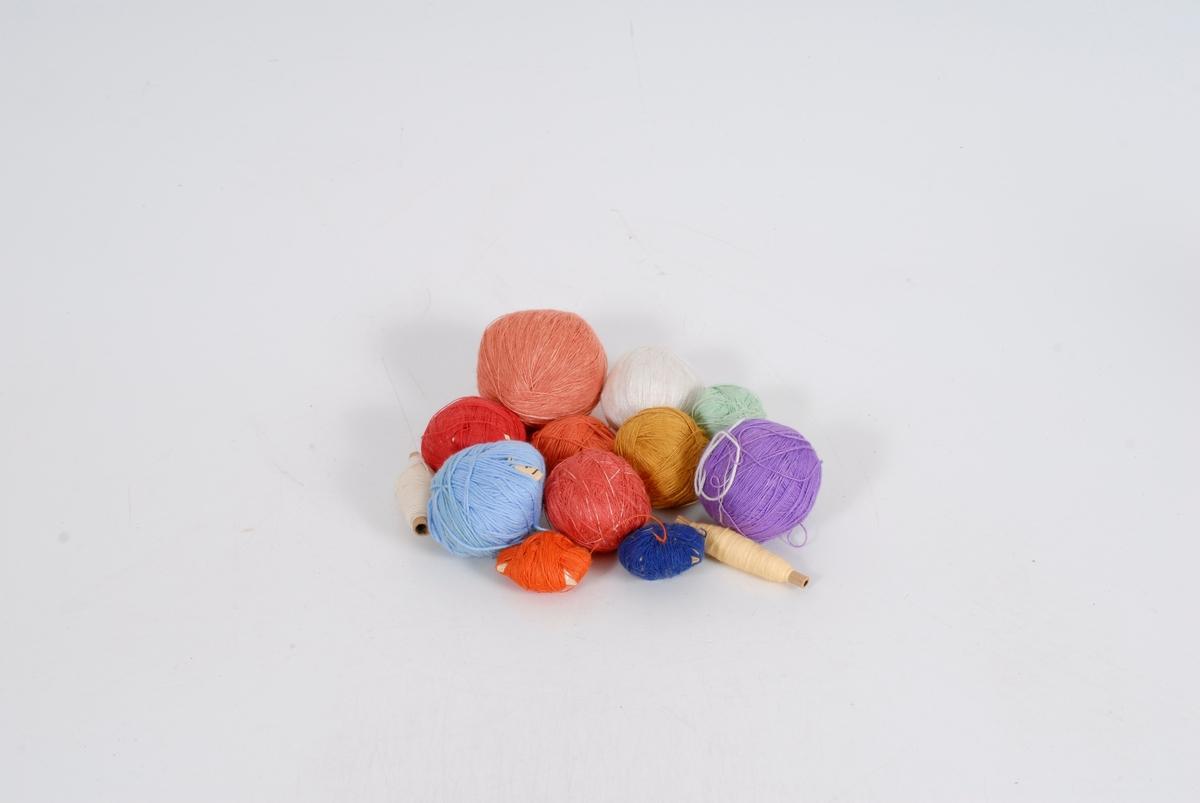 Form: 13 nøster med tynn tråd i forskjellige farger som ligger i en papirpose