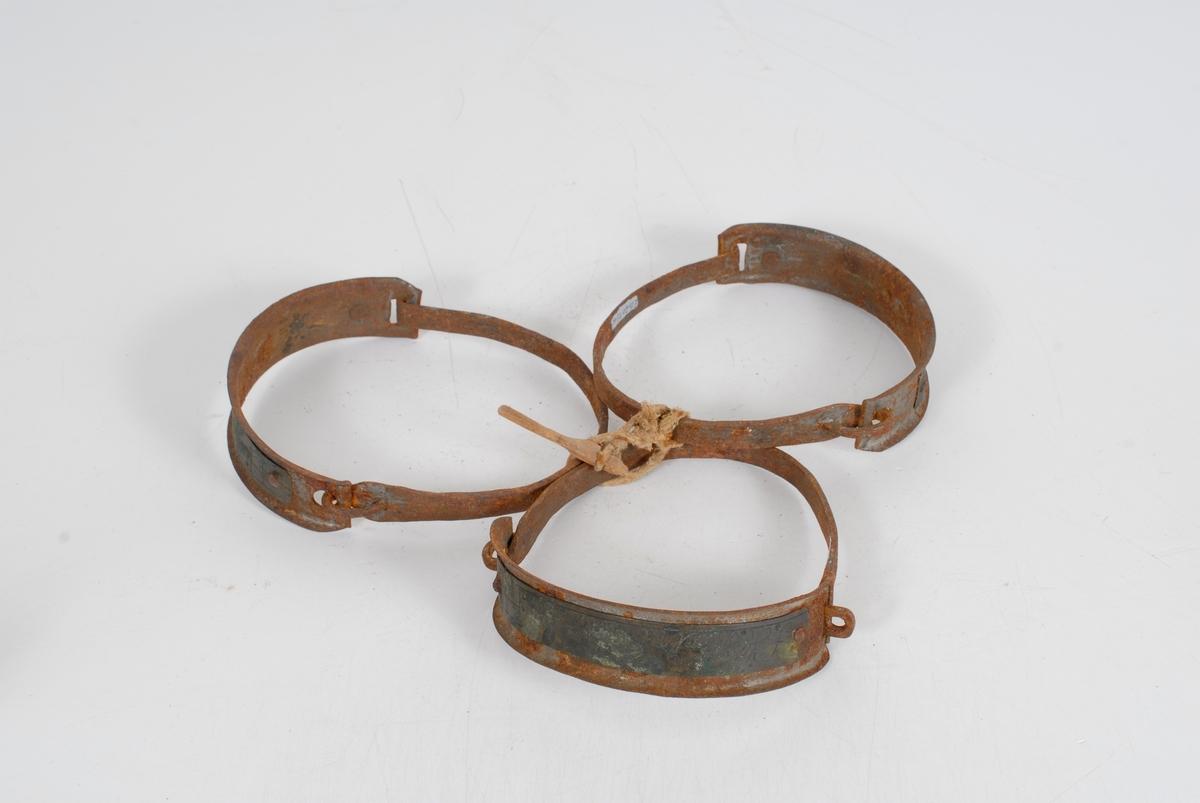 Form: A) festet en trepinne i en taustubb så klaven ikke skal åpne seg. Ene bøylen er smal, den andre endel bredere og har rundede kanter (skal beskytte nakken). På den brede bøylen er det naglet fast en kobberplate.