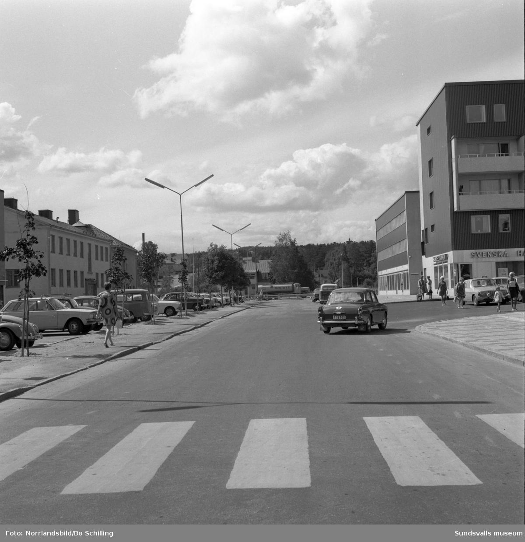 Bilder från Skönsbergs centrum med färdigställandet av motorvägen, den nya gångtunneln i förlängningen av Medborgargatan, EPA-varuhuset, och de nya affärs- och bostadshusen vid Kattberget.