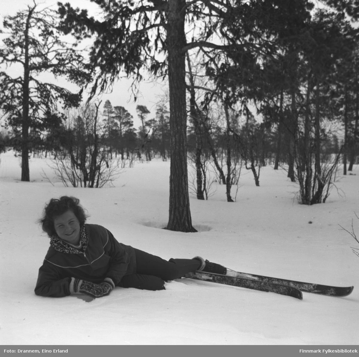 Turid Karikoski på skitur i skogen ved Karasjok.