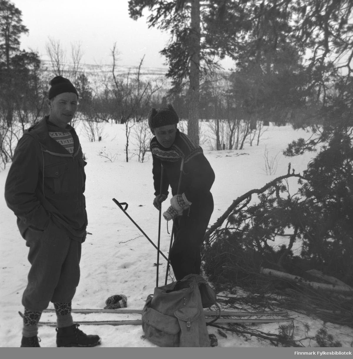 Eino Drannem (til venstre) og Olav Gabrielsen på tur i skogen rundt Karasjok.