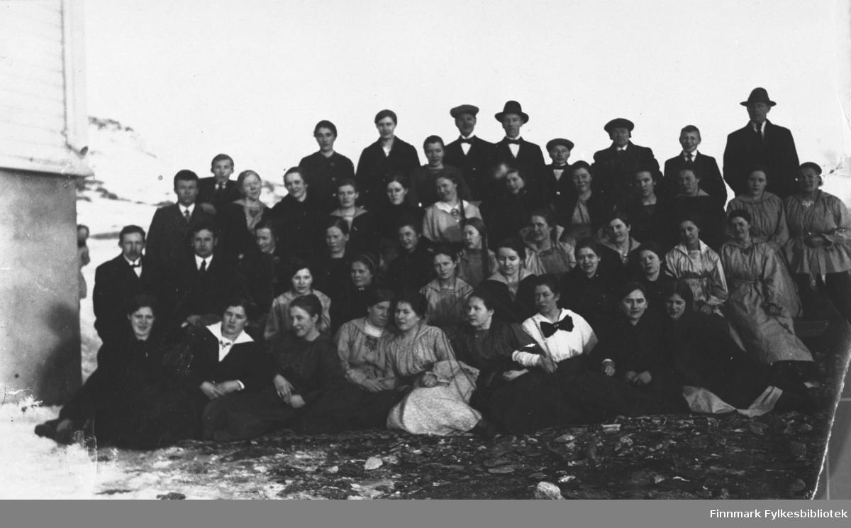 Gruppebilde, dette er sannsynligvis elever og lærere ved Øytun folkehøgskole i Havøysund, ca 1920-1930. B 5723