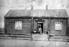 Tuomainengården i Vadsø. En kvinne og en liten pike på trappen.