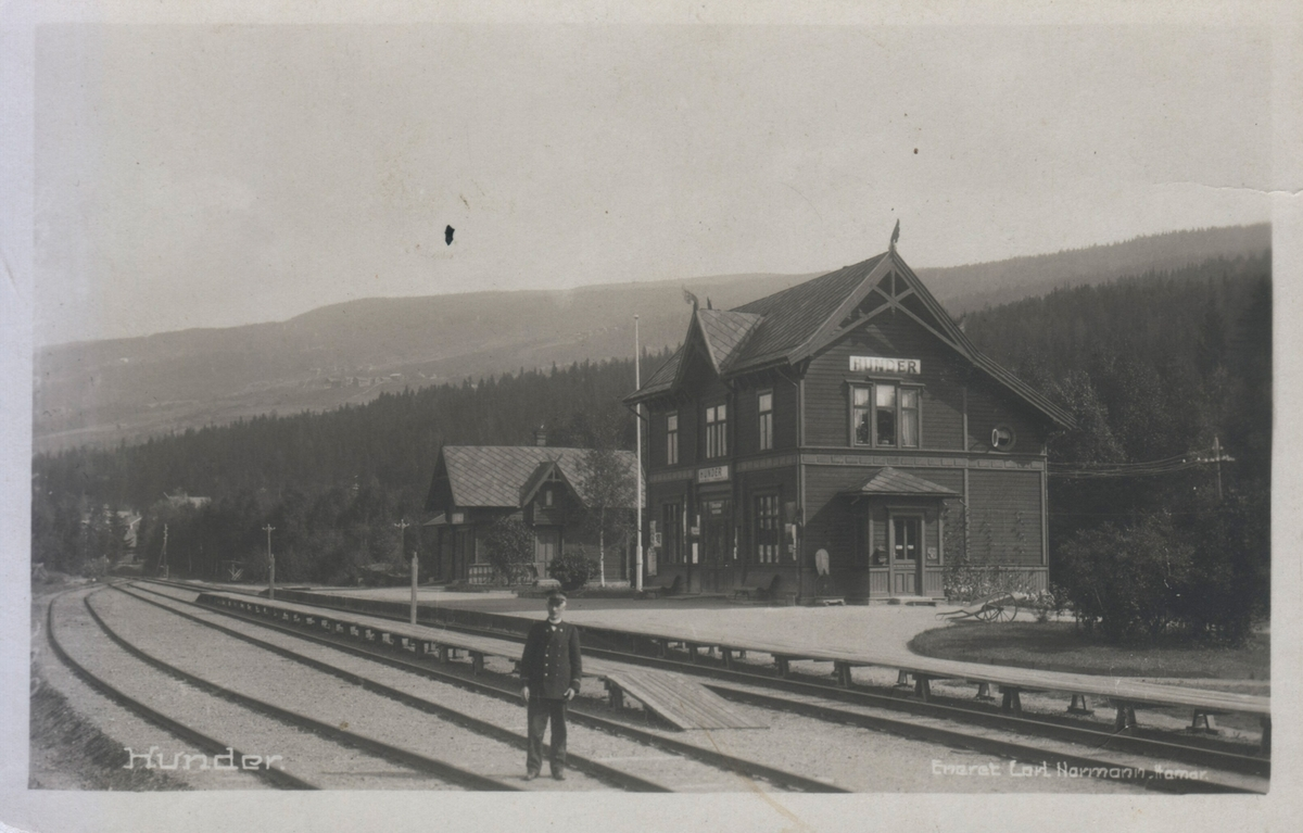 Hunder jernbanestasjon. Stasjonsmesteren står oppstilt i sporet.