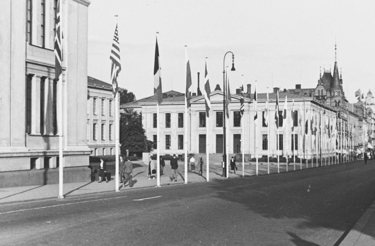 Universitetet i Oslo august 1939. Flaggborg langs Karl Johans gate forbindelse med Den Interparlamentariske unions 35. konferanse