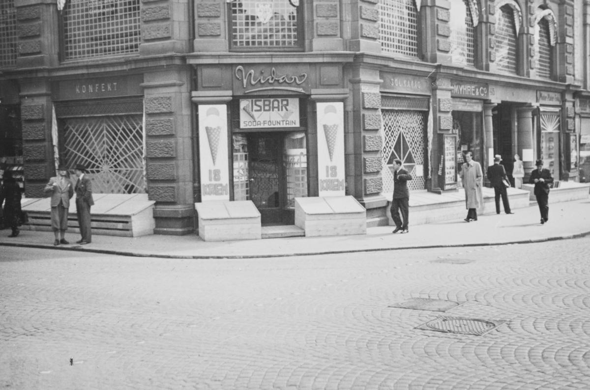 """""""Nidarhjørnet"""" i Karl Johans gate 45 i beskyttelsestilstand i mai 1940."""