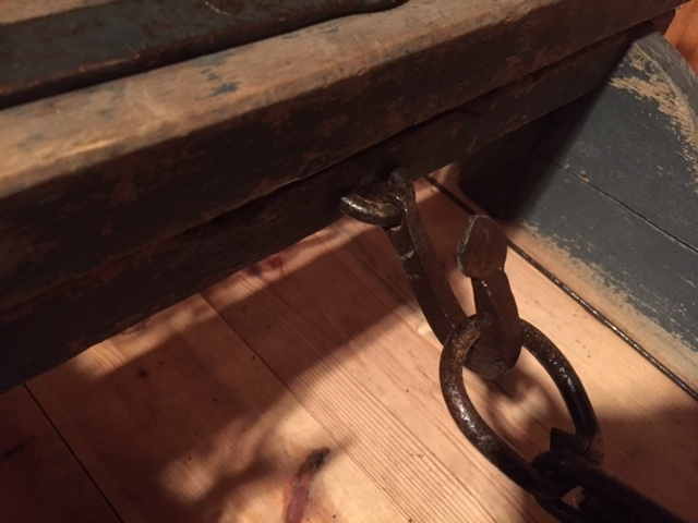 Geitdoningen består av mange deler: Forsleden - bukken - som er forsynt med et svingflak og baksleden - geita. Disse er forbundet med regulerbar kjetting. Draget - et såkalt tvetågadrag - har to trekiler som skal feste beslagene på draget til bukkens fremkant. Det hører også med to strammeredskaper - bendebjønner - til å feste lasset til doningen. Fremst på draget er en innfelt bambusstang; den er trolig sekundær og må ha erstattet det opprinnelig tverrstykket.