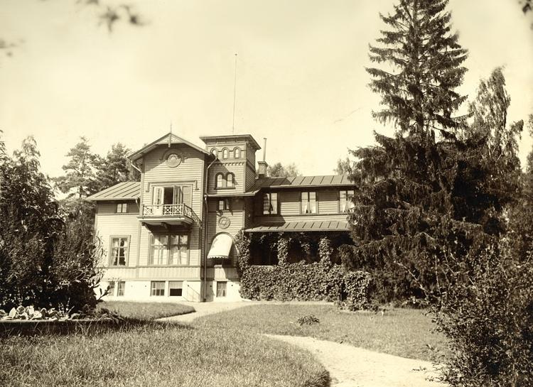 Foto av en stor trävilla i en park. Villa Wik ägdes av f.d. operasångerskan Christina Nilsson,grevinna de Casa Miranda (1843-1921).Hon köpte villan 1906 av fabrikör Swahns sterbhus. Villan såldes efter hennes död och är numera (2006) använd som restaurang/konferenscenter.