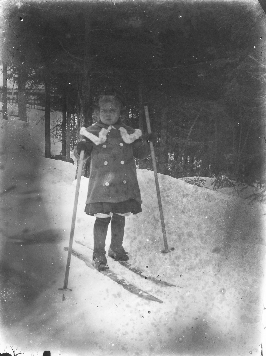 """Kortet taget på """"Berget"""" i Östansjö. Flickan okänd."""