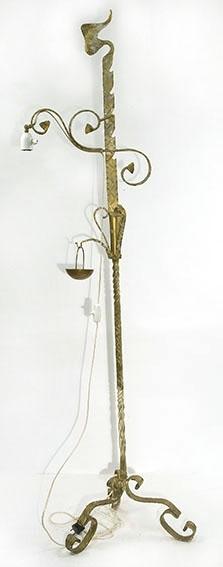 Smijerns stålampe med ett pærepunkt. Snodd dekor typisk smijern. Askebeger henger i en krok midt på stammen.Gullmalt. Skjerm var på men hørte ikke til lampen