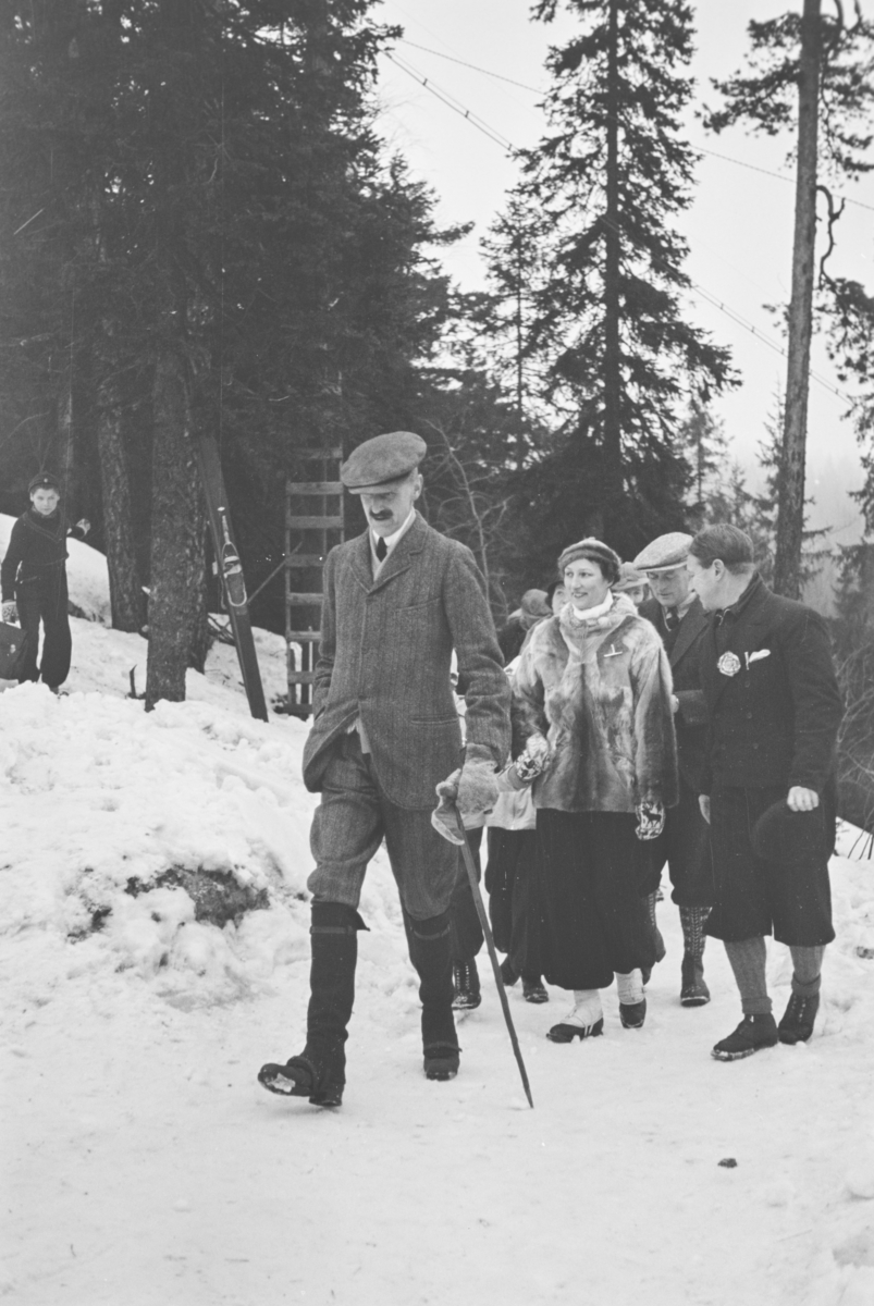 Holmenkollrennet 1939. Kong Haakon, kronprins Olav og kronprinsesse Märtha ankommer.