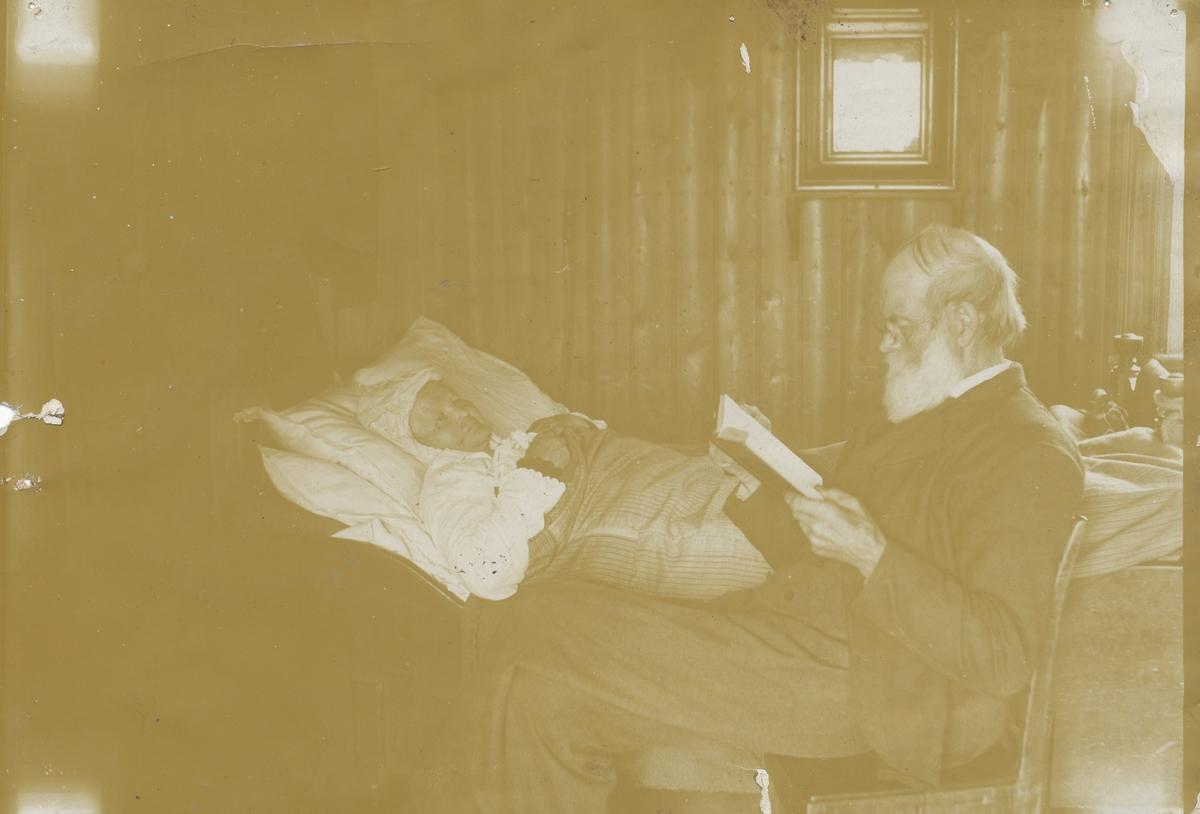 Lisa og Andreas Olsen Valstad, han leser for henne.