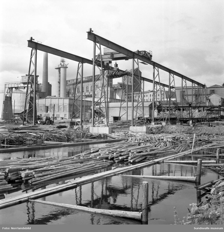 En gigantisk gripklo för timmerlastning vid sulfitfabriken i Fagervik. Fotograferat för Bergenströms mekaniska verkstad.