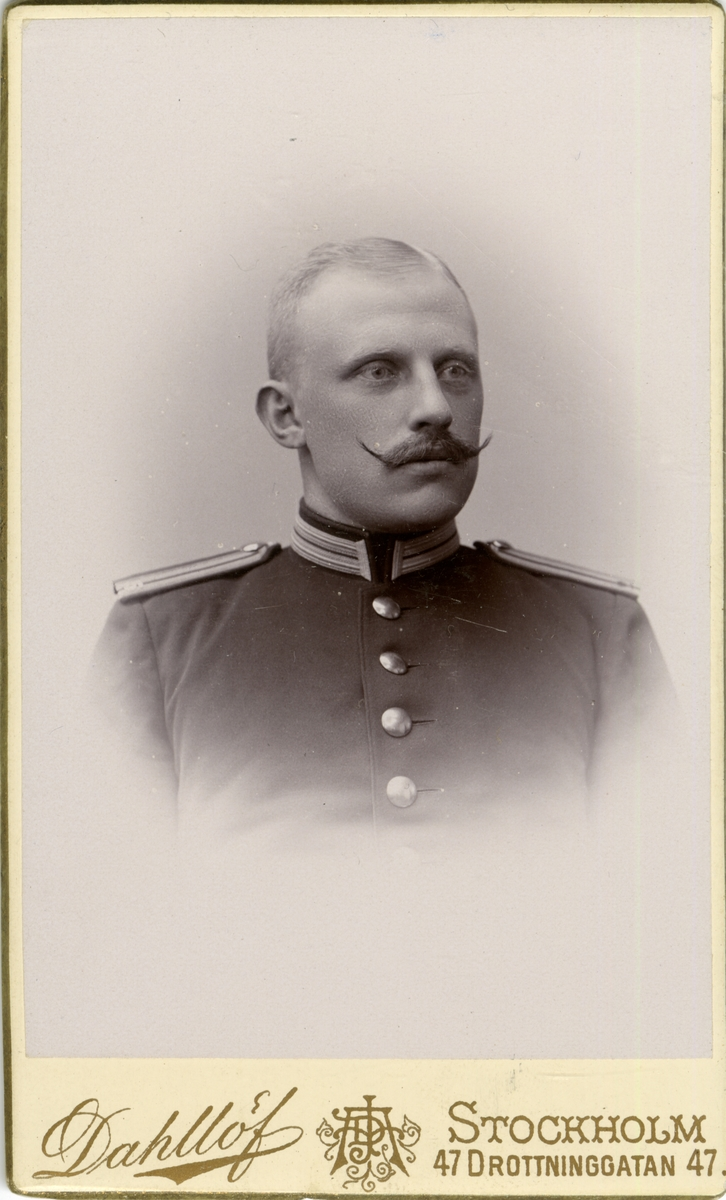 Porträtt av Tage Herman August Falck, löjtnant vid Södra- och Norra skånska infanteriregementena.  Se även bild AMA.0022095.
