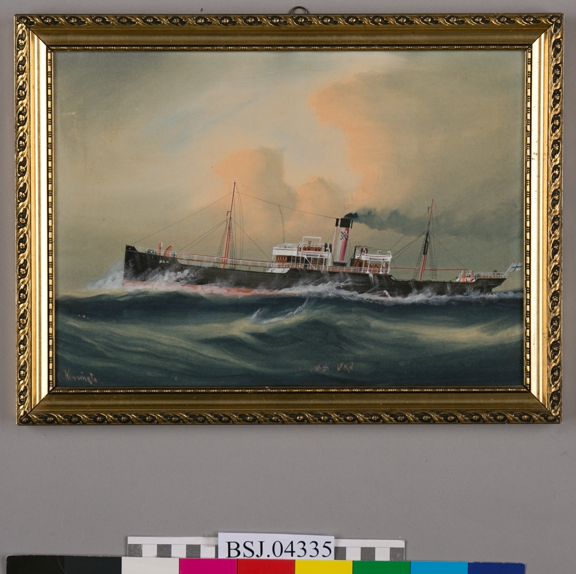 Skipsportrett av DS ØRN i rom sjø med høye bølger. Dampskip med to master uten seilføring. Norsk flagg i akter og skorsteinsmerke til rederiet S. L. Christie