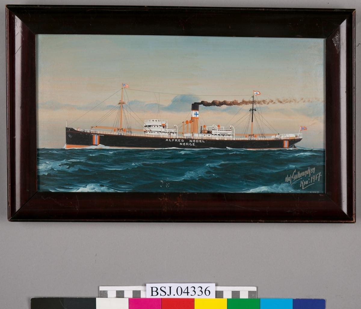 Skipsportrett av DS ALFRED NOBEL under fart i åpen sjø med nasjonalitetsmerke malt på skutesiden samt norsk flagg i akter.