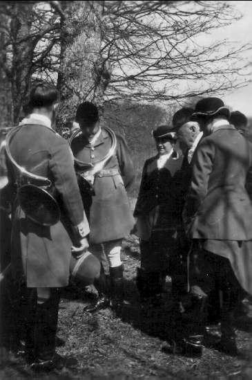 """""""Pansarbilvapnets inträde i vår armé"""". Major Wilhelm Odelbergs rapporter m.m. från studiekommenderingar under åren 1922-34 rörande P B vapnet i främmande arméer samt egna arméförsök. Från hjort- och vildsvinsjakt hos Baron de Rothschild och Comt de Valere."""